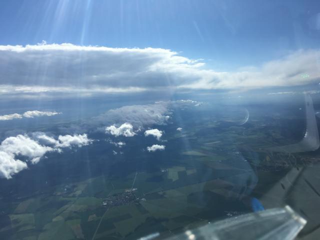 Bild 1 (144-0942LT): Blick Richtung Osten aus Höhe Harzburg, zu erkennen die Leelücke mit der aufgereihten Cu- Wolkenlinie. Darüber zu der Zeit ein mittelhohes Wolkenfeld das später abzog
